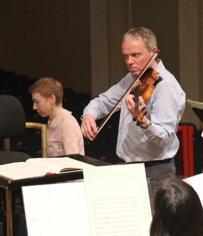 ERSO kontsertmeister Arvo Leibur enne proovi orkestrit häälestamas.